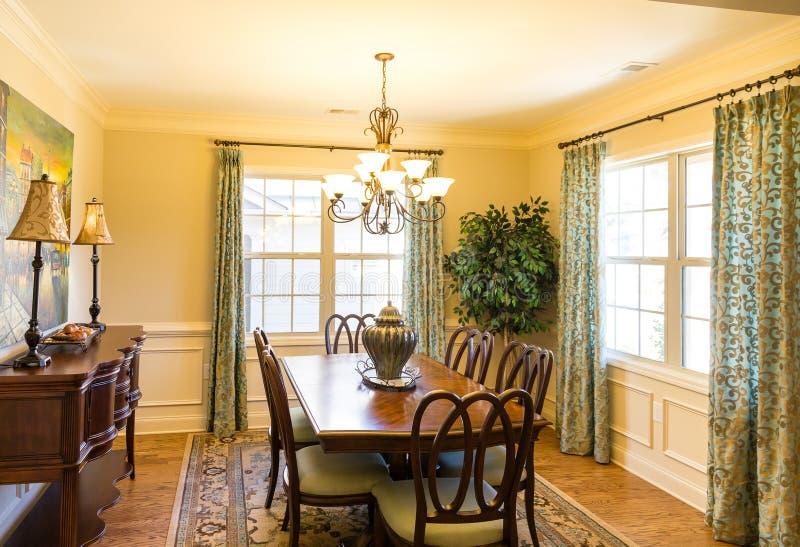 Sala de jantar agradável na casa nova fotos de stock