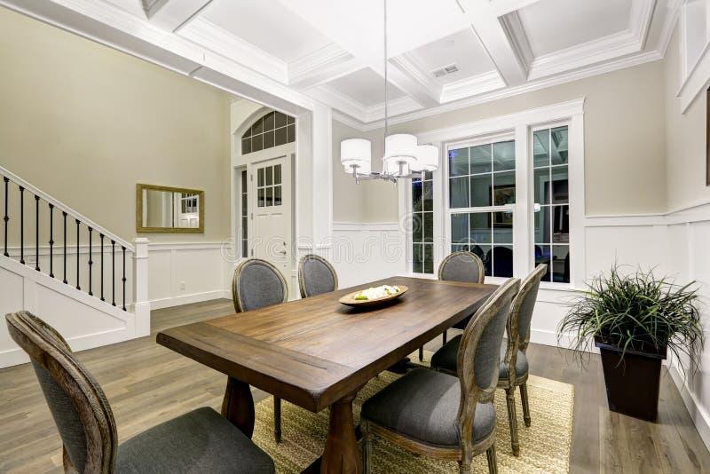 Sala de jantar bonita do estilo do artesão com cealing coffered foto de stock royalty free