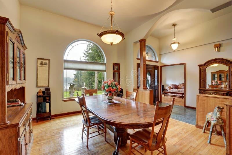 Sala de jantar brilhante com vistas do lago imagem de stock royalty free
