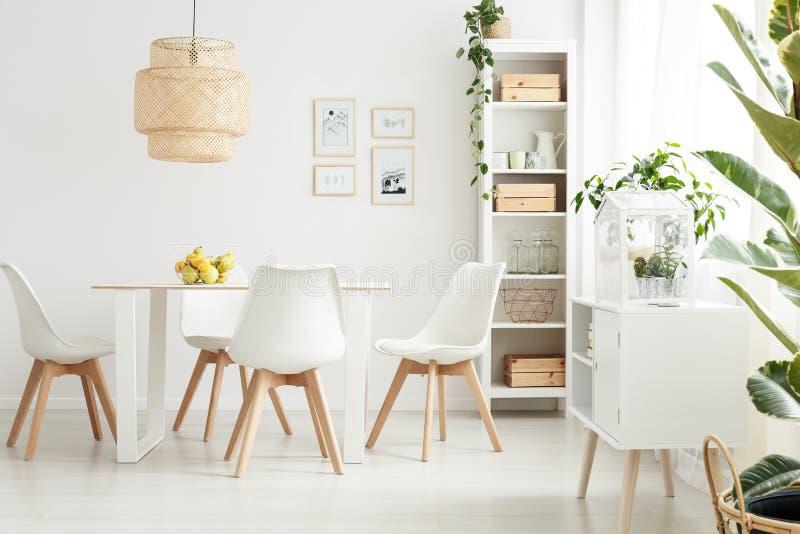 Sala de jantar brilhante e espaçoso fotografia de stock