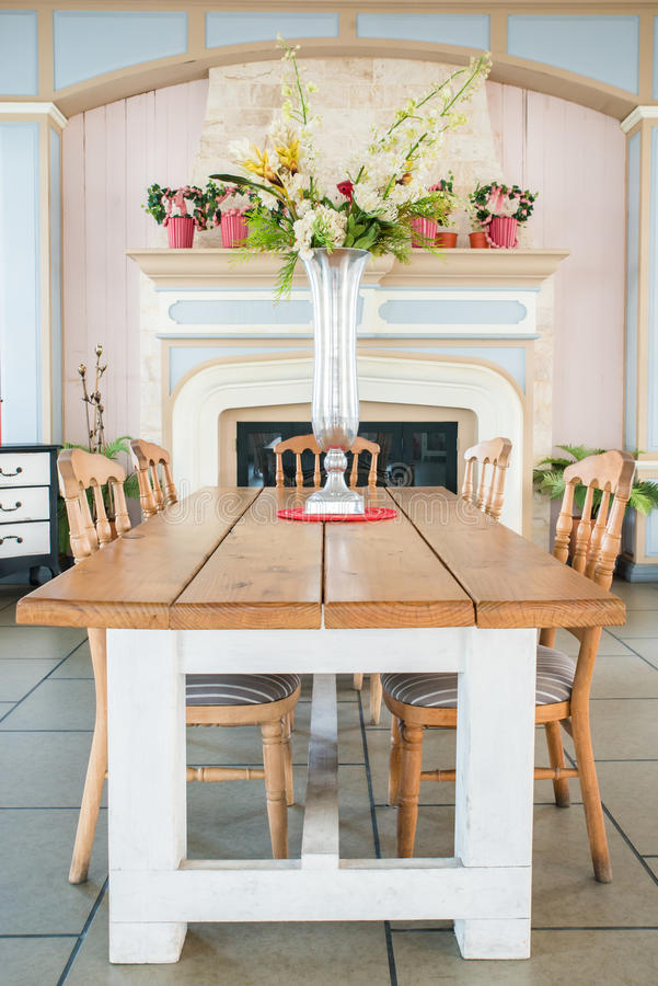 Sala de jantar clássica bonita do estilo country imagens de stock royalty free