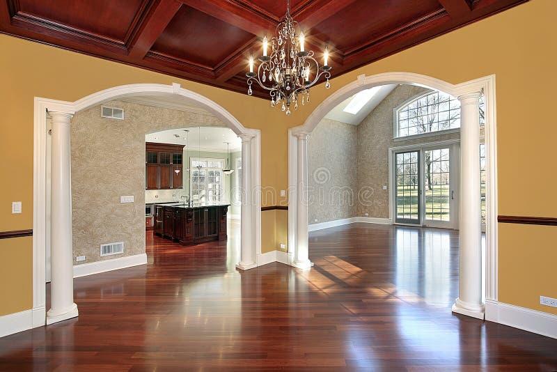 Sala de jantar com colunas brancas fotos de stock royalty free