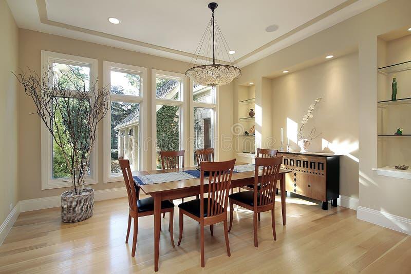 Sala de jantar com indicadores estreitos fotografia de stock royalty free