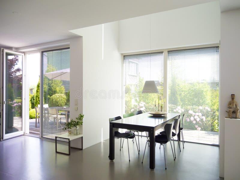 Sala de jantar com janelas francesas foto de stock royalty free