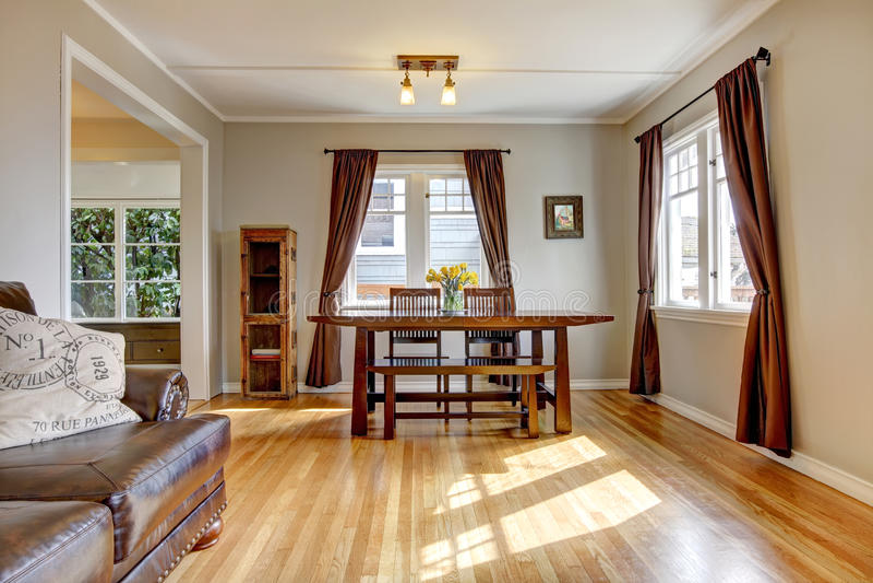 Sala de jantar com o assoalho marrom da cortina e de folhosa. foto de stock