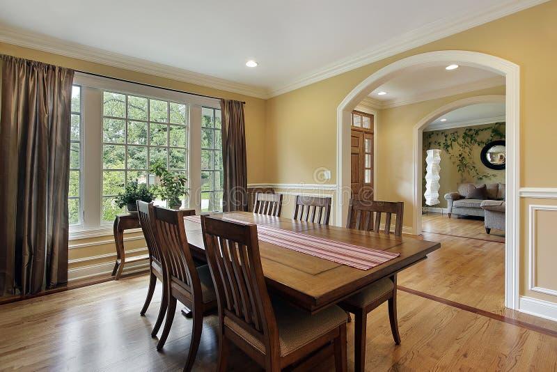 Sala de jantar com paredes amarelas imagem de stock