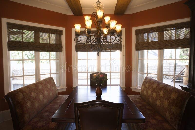 Sala de jantar com tabela. imagens de stock