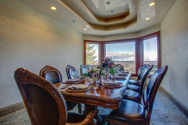 Sala de jantar com a tabela belamente servida fotos de stock