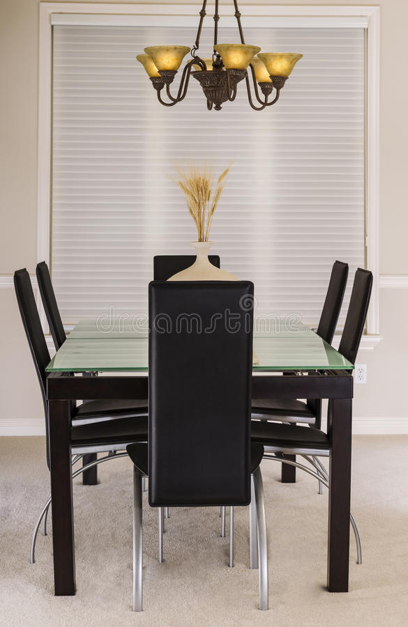 Sala de jantar com tabela de vidro e as cadeiras de couro fotos de stock royalty free