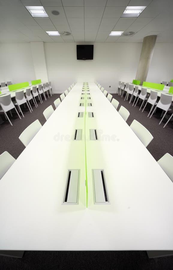 Sala de jantar com tabelas e as cadeiras brancas foto de stock