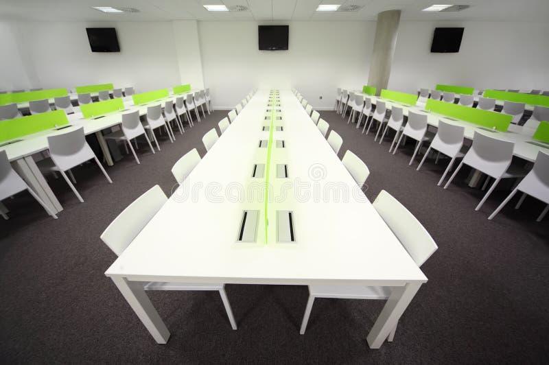 Sala de jantar com tabelas e as cadeiras brancas foto de stock royalty free