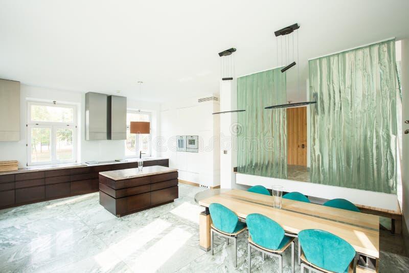 Sala de jantar conectada com a cozinha imagem de stock