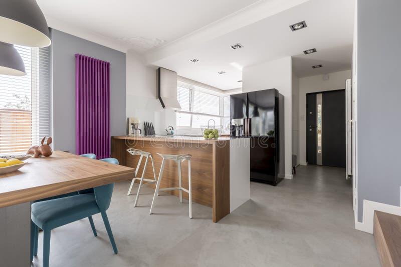 Sala de jantar, cozinha e entrada fotos de stock