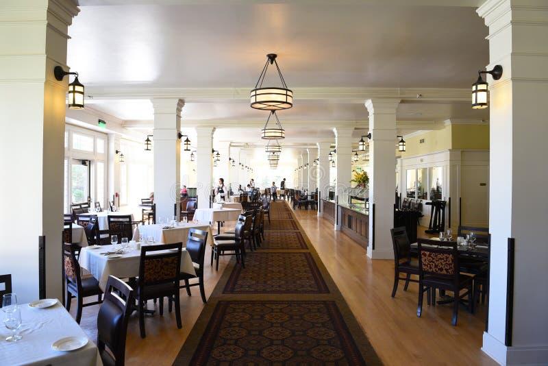 A sala de jantar do hotel do lago imagens de stock royalty free