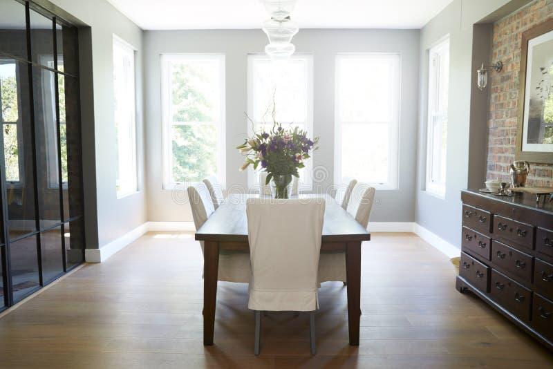 Sala de jantar doméstica fornecida moderna, sem povos foto de stock royalty free