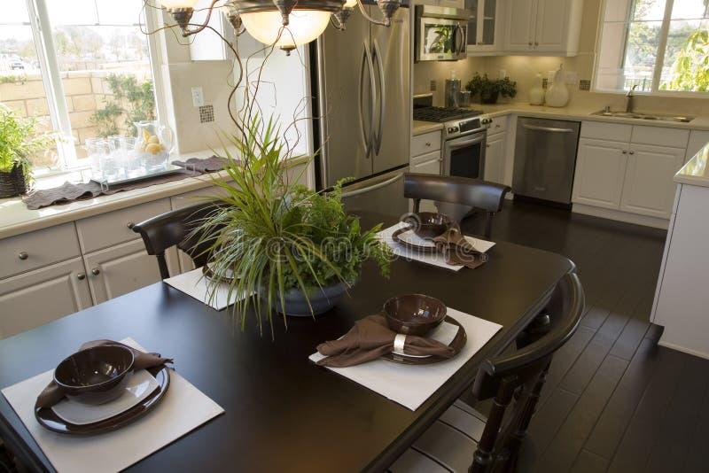 Sala de jantar e cozinha. fotografia de stock