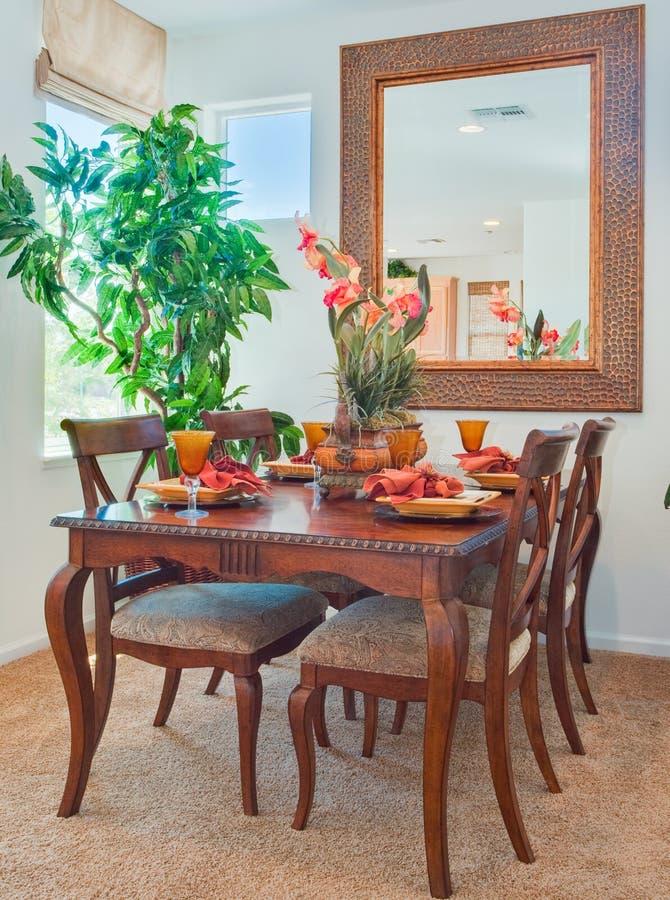 Sala de jantar e tabela home residenciais imagem de stock royalty free