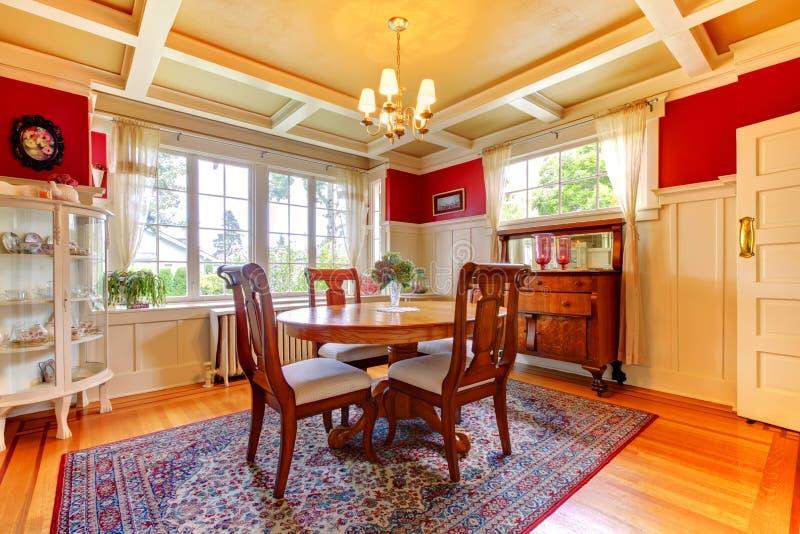 Sala de jantar elegante do vermelho e do ouro fotografia de stock