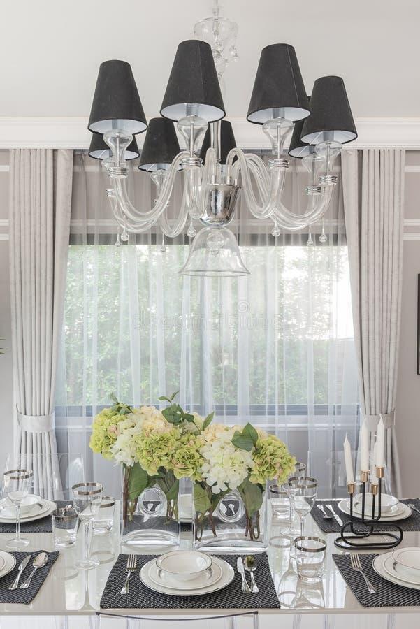 Sala de jantar luxuosa com cadeira translúcida fotos de stock royalty free