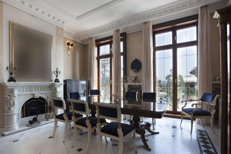 Sala de jantar luxuosa com chaminé imagem de stock royalty free
