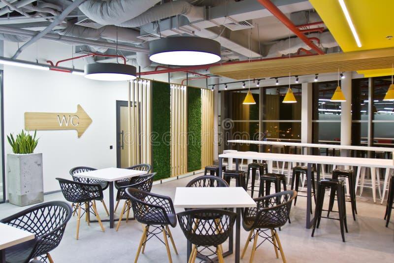 Sala de jantar luxuosa, escritório pequeno e cozinha branca moderna Design de interiores imagem de stock royalty free