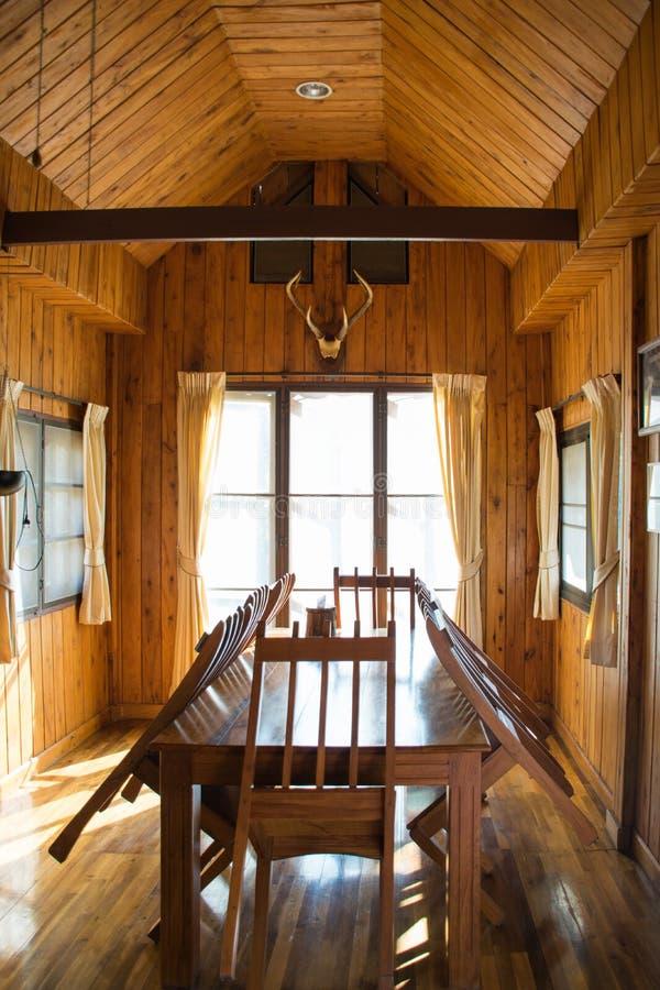 Sala de jantar de madeira com tabela e cadeira fotos de stock