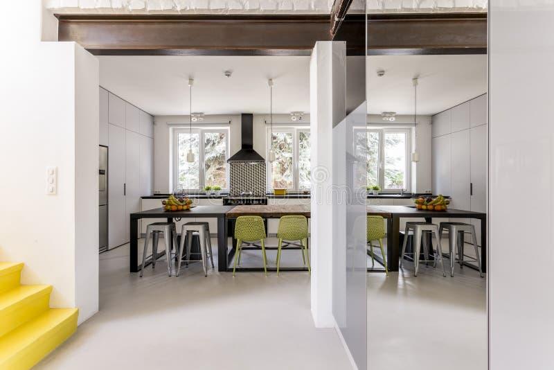 Sala de jantar moderna com tabelas diferentes foto de stock royalty free