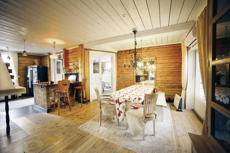 Sala de jantar na casa de madeira clássica fotos de stock royalty free