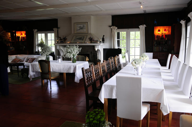 Sala de jantar romântica da casa de campo foto de stock royalty free