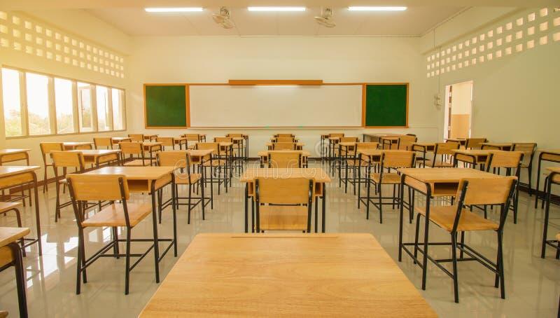 Sala de leitura ou sala de aula vazia da escola com mesas e ferro da cadeira foto de stock royalty free