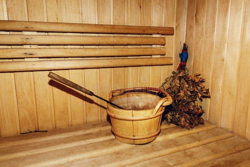 A sala de madeira da sauna do russo, serra madeira o banco rústico na casa do banho, wo imagem de stock