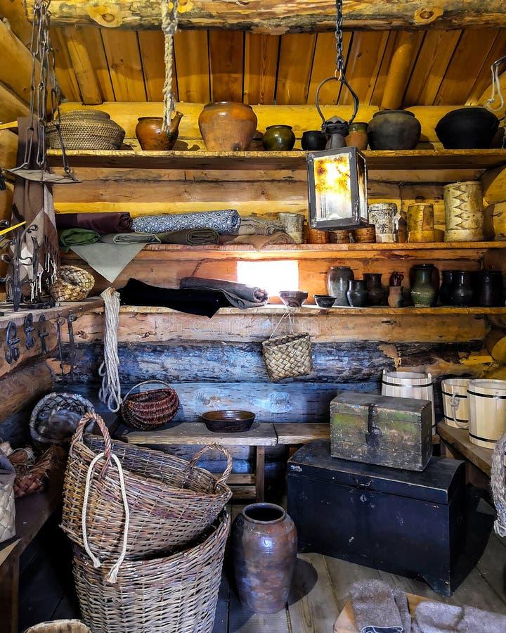 Sala de madeira enchida com os artigos antigos do agregado familiar sala das antiguidades fotografia de stock royalty free