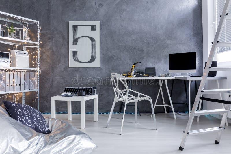 Sala de Minimalistic com a cadeira do saco da escada e de feijão imagens de stock royalty free