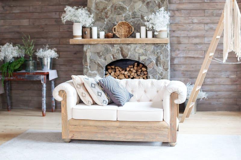 Sala de moradia do Cozy Interior branca Sofá e Fireplace Projeto Rustic Home Design para Férias Aquecidas no Espaço Interior Alpi imagens de stock