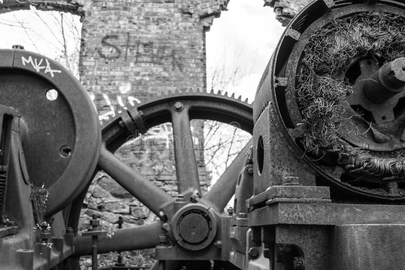 Sala de motor abandonada estrada de ferro do declive da baliza da montagem fotos de stock royalty free