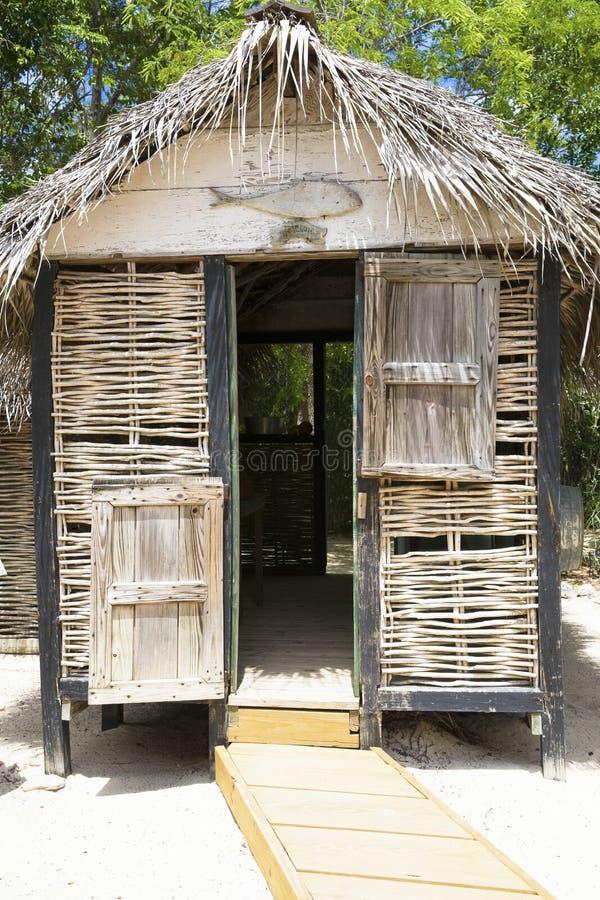 Sala de mudança bonita da palha nas ilhas de Grand Cayman fotografia de stock