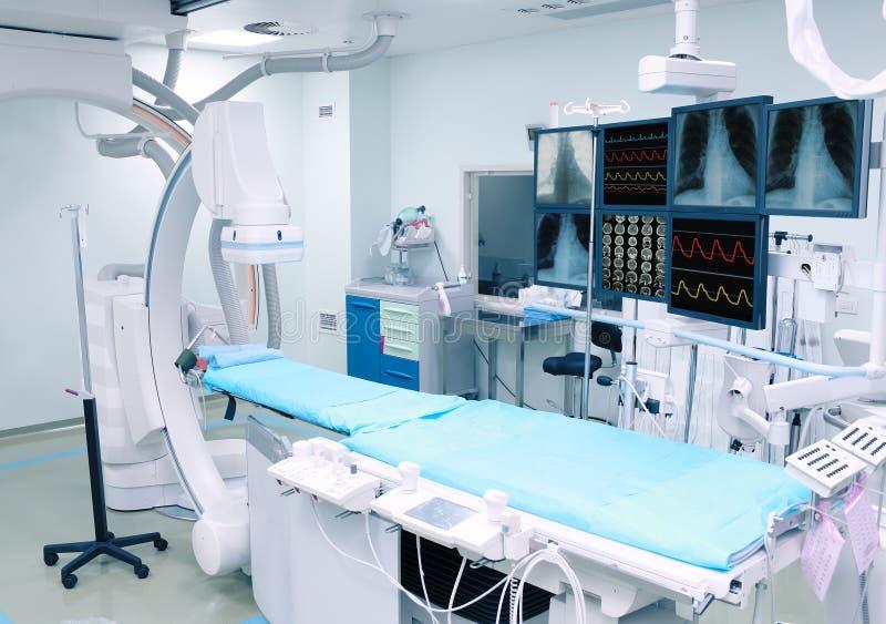 Sala de operações moderna para uma manipulação do raio X fotografia de stock