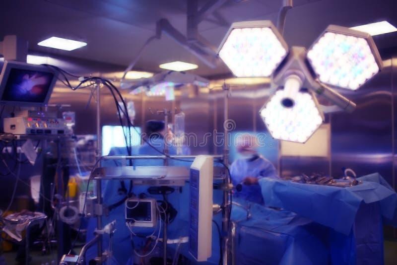 Sala de operaciones con el equipo de trabajo del ` s del doctor durante quirúrgico proced foto de archivo libre de regalías