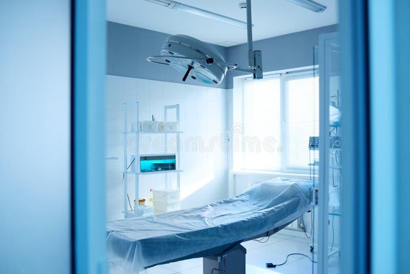 Sala de operaciones y lámpara quirúrgica en una clínica moderna fotos de archivo
