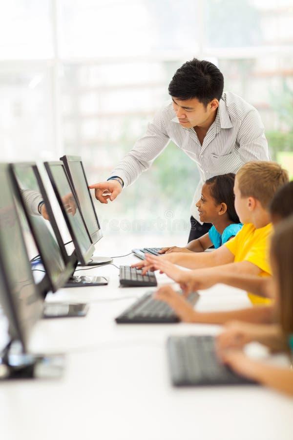 Sala de ordenadores del profesor imágenes de archivo libres de regalías