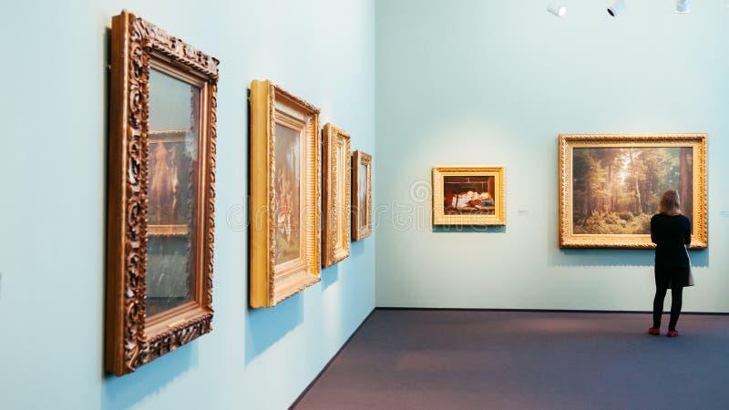 Sala de pintura da galeria de artes no museu moderno Zurique de Kunthaus fotos de stock