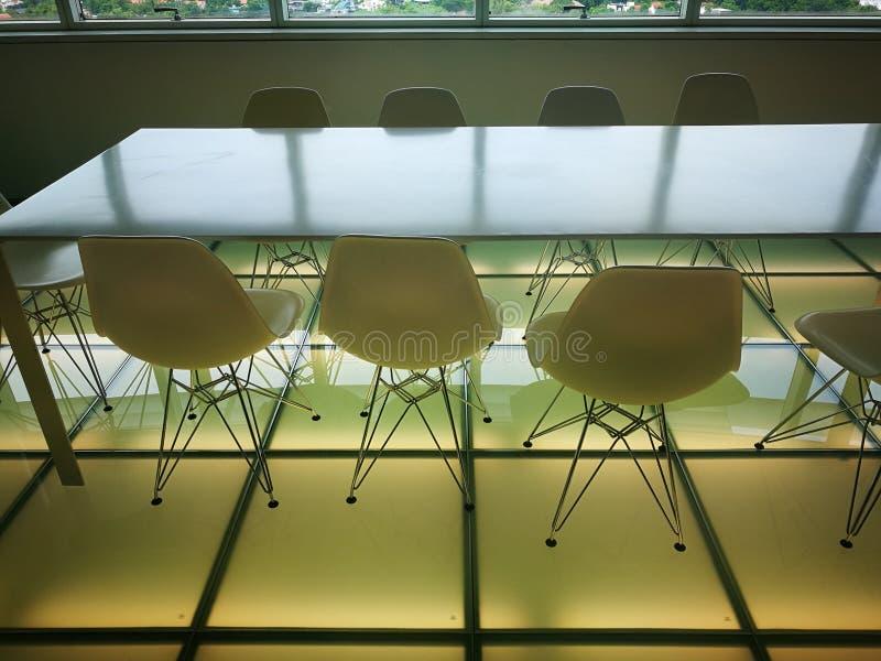 Sala de reunião moderna brilhante e minimalista do escritório foto de stock royalty free