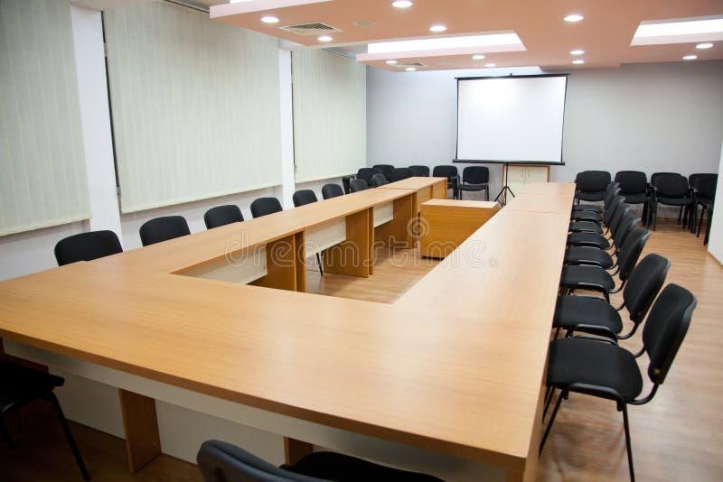 Sala de reunión de la oficina con el tablero fotos de archivo libres de regalías