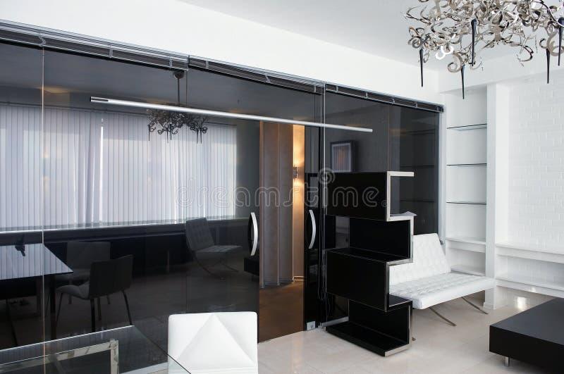 Sala de reunión del vidrio con los muebles de cuero imagen de archivo libre de regalías