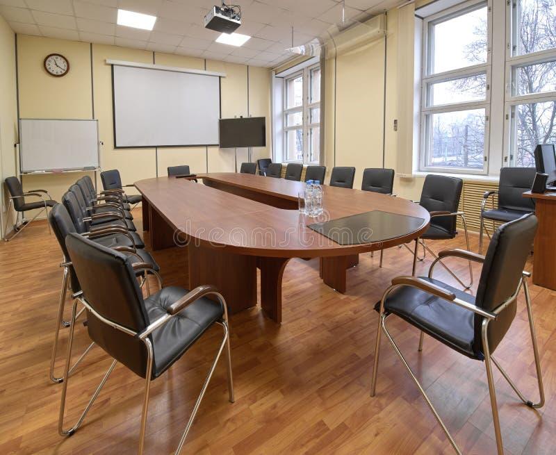 Sala de reunión típica de la oficina, tabla larga y sillas fotos de archivo libres de regalías