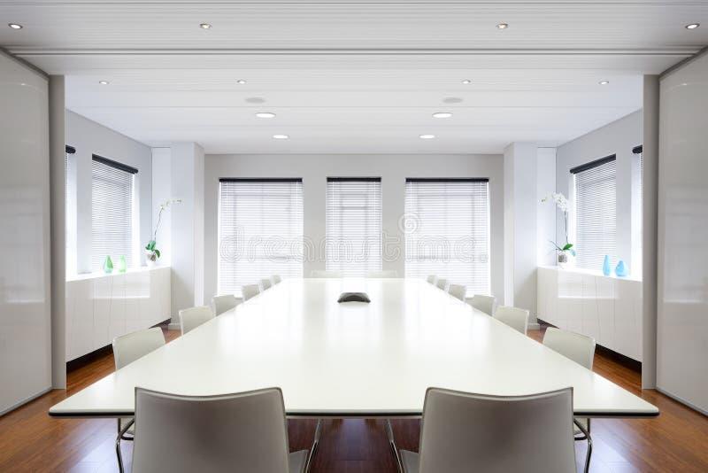 Sala de reuniões moderna do escritório enchida com a luz. fotos de stock royalty free