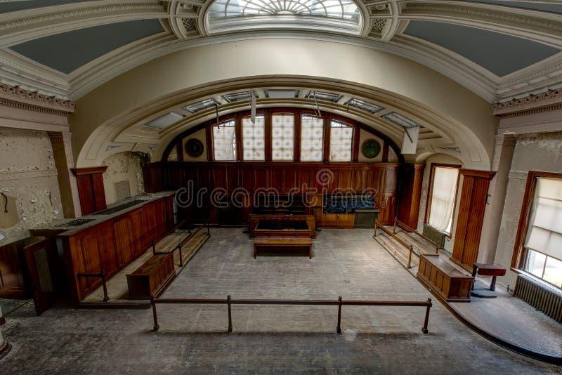 Sala de tribunal histórica con el tragaluz de cristal de la bóveda - tribunal abandonado fotos de archivo libres de regalías