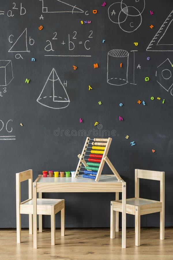 Sala de um gênio pequeno da matemática foto de stock