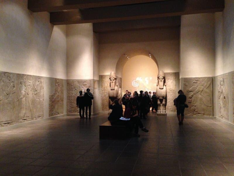 Sala de um palácio Assyrian no museu de arte metropolitano imagens de stock royalty free