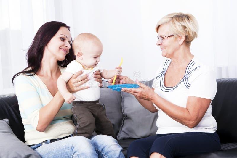 A sala de visitas é a mãe da criança e da avó. fotografia de stock